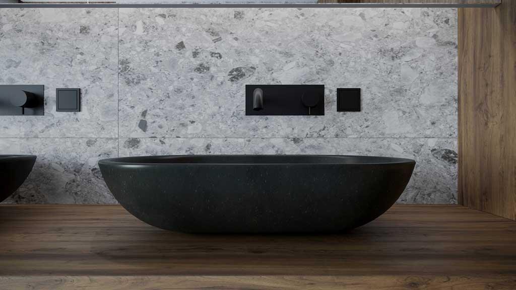umywalka z czarnego granitu, drewniana zabudowa strefy umywalki, kamienna ściana